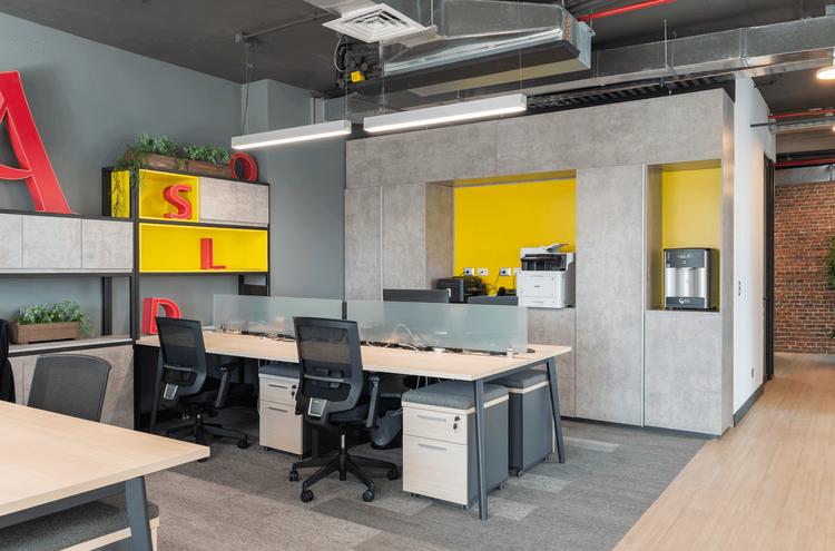 Sillas y escritorios de Oficina