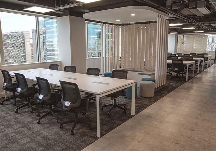 Escritorios de oficina modelo Versa y silla de escritorio Cooper