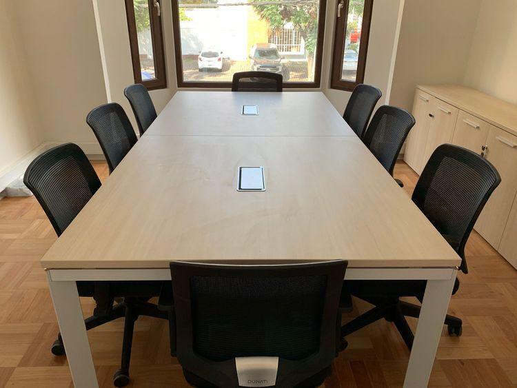 Mesa de conferencia modelo Versa y silla de escritorio Cooper
