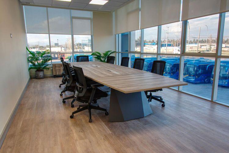 Mesa de Reunión  modelo legacy y silla de escritorio Axis negra