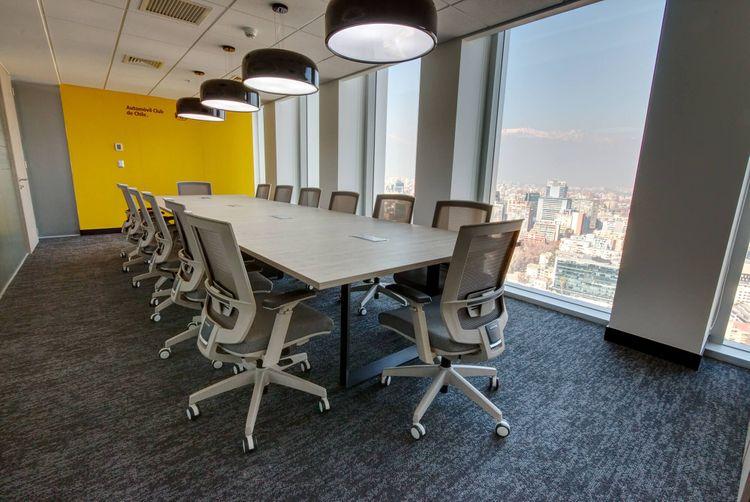 Mesa de Reunión modelo  Versa y silla de escritorio Axis