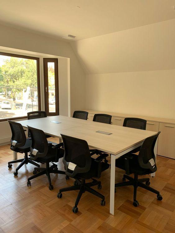 Mesa de reunión modelo Versa y silla de escritorio Cooper