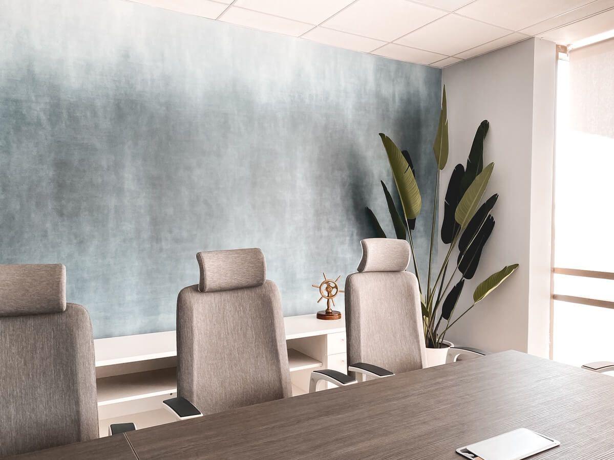 mesa de reunion versa silla ejecutiva alessia con cabecero